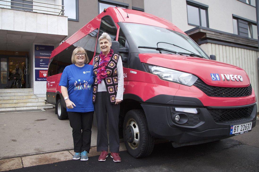 Eva Qvist og Randi Aamodt foran en rosa buss.jpg