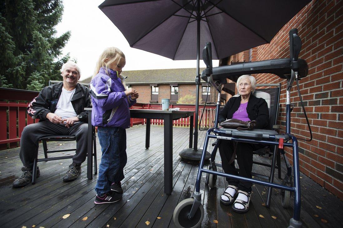 Inge Nilsen og datteren Martine besøker mor og bestemor Else Johanne Nilsen