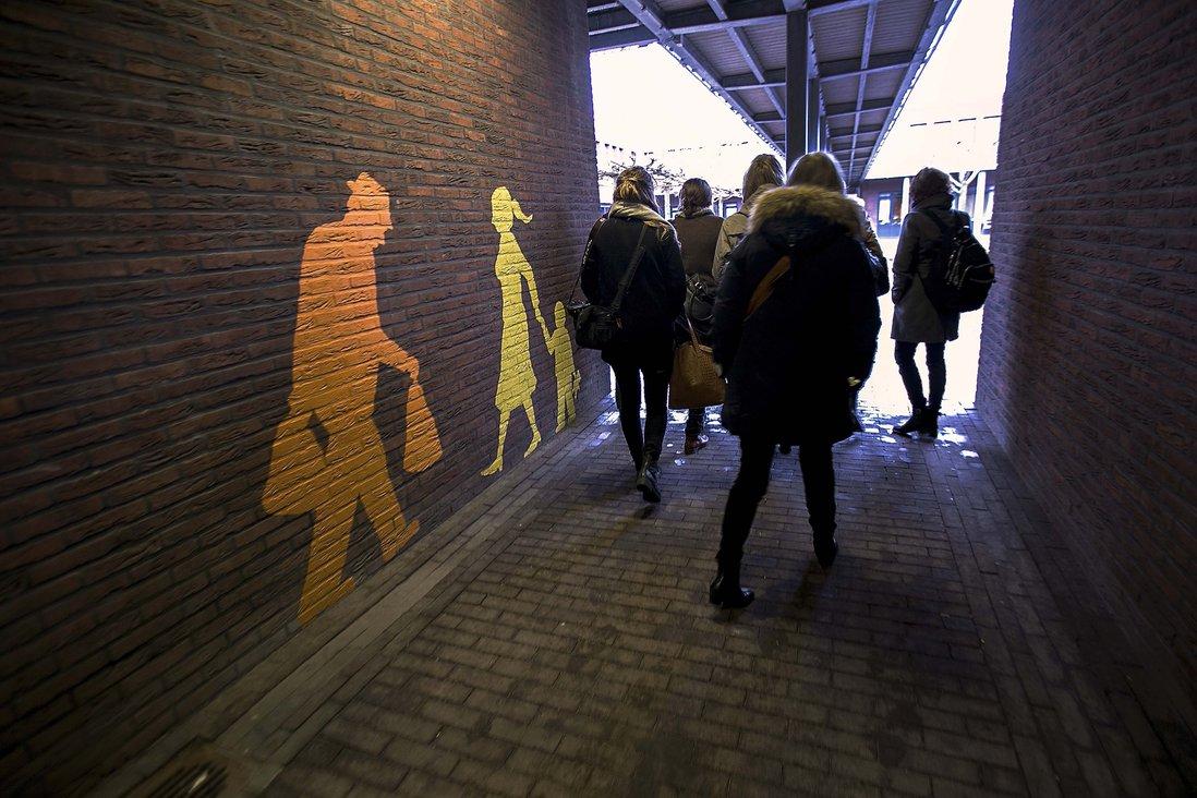 Gruppe på vei inn i demenslandsby