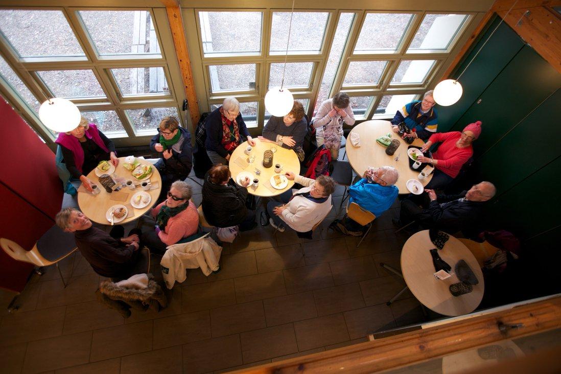 Gruppe på kafe sett ovenfra