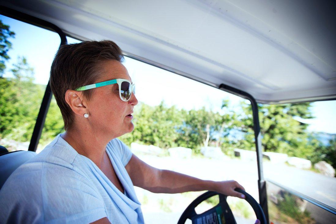 Kari Midtbø Kristiansen kjører golfbil
