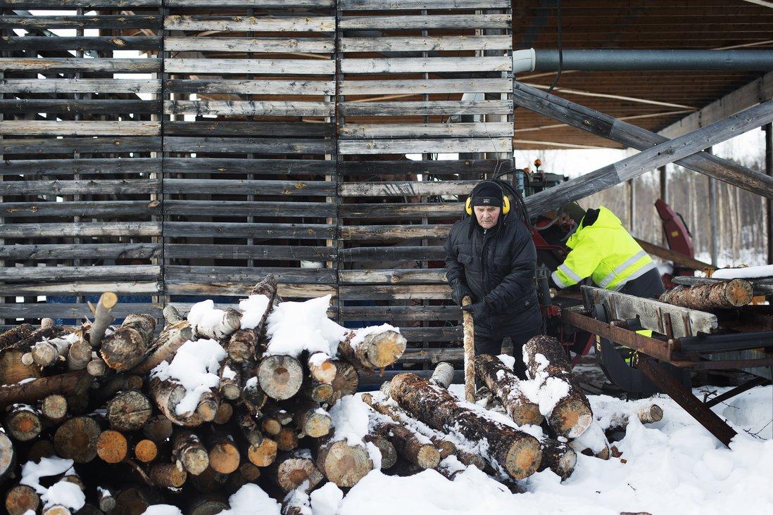En av hovedgesjeftene på Nordmo gård er produksjon av fyringsved. Her får Thormod god hjelp av fler av Inn på tunet brukerene.