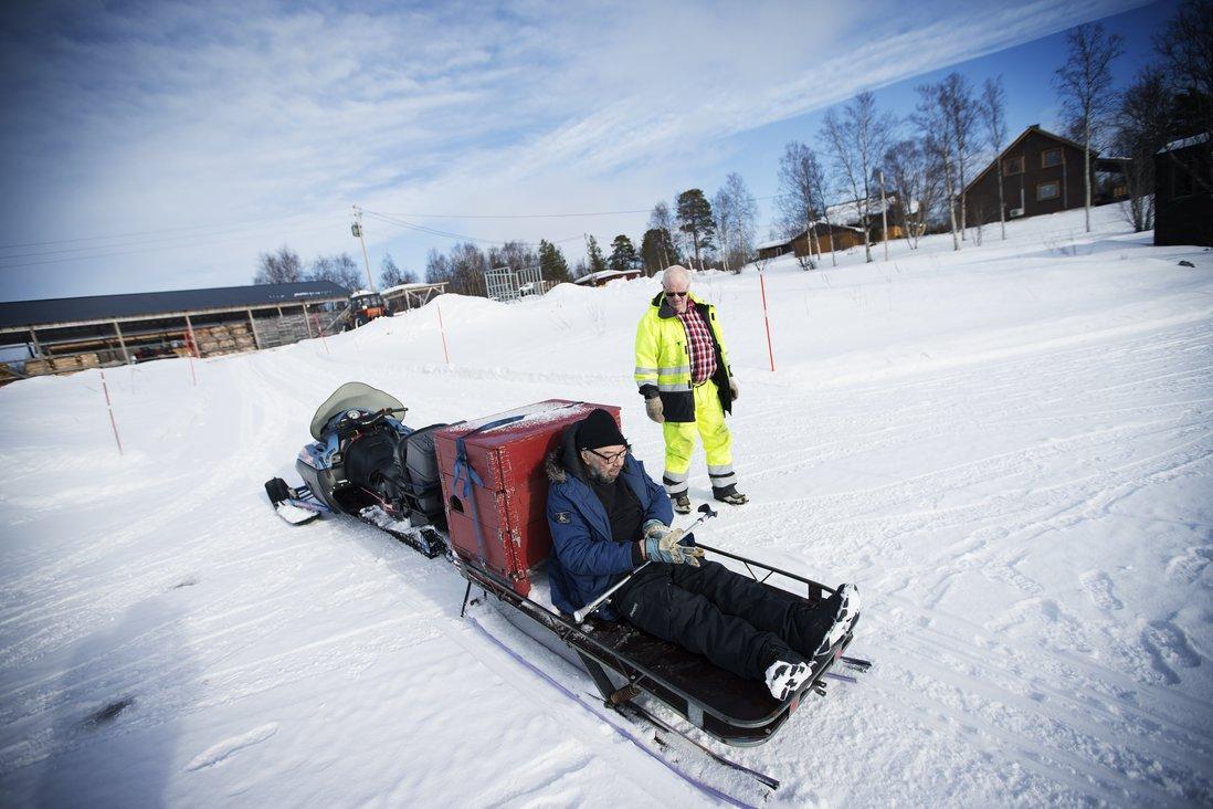 Pasvikdalen og Pasvikelva er flotte omgivelser og Thormod tar ofte med brukerene ut på tur i nærområdet. Om sommeren brukes elvebåt, mens scooter og bil er foretrukne framkomstmiddler på vinterstid.