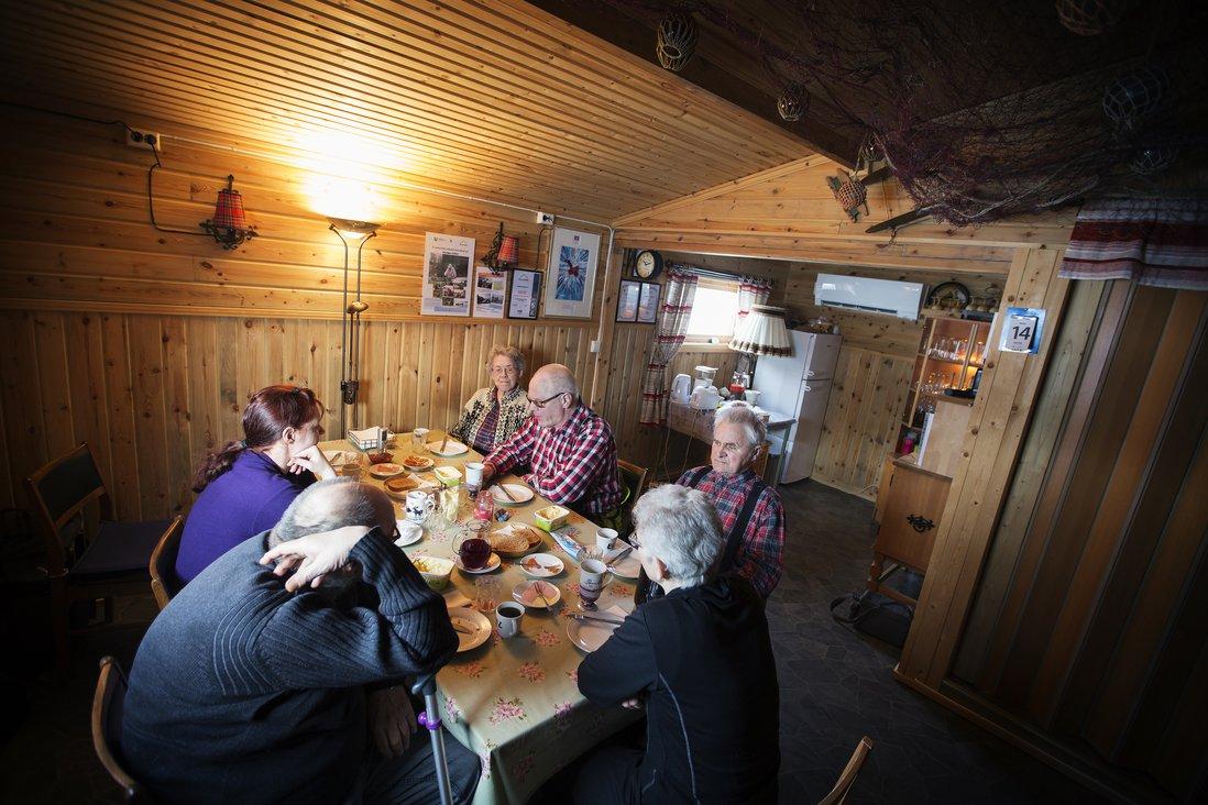 Måltider er en viktig del av tilbudet på alle Inn på tunet-tiltak og Nordmo gård er intet untak. Måltidene inntas gjerne i stua ved vannet som er innredet både med gammelt fiskeutstyr, men også gamle skilt/ting som Thormod har samlet oppigjenom årene.