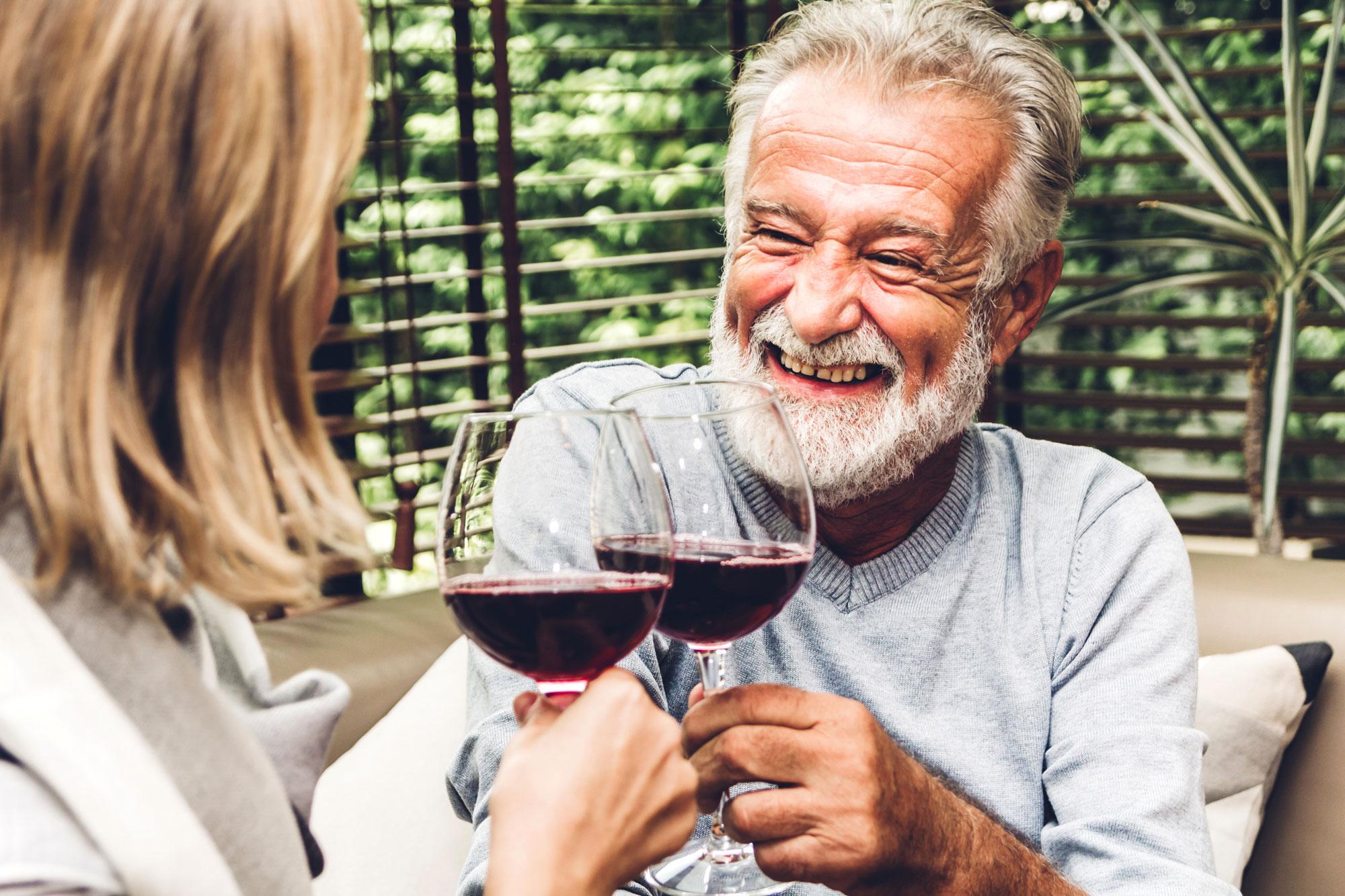 eldre par drikker rødvin. Foto