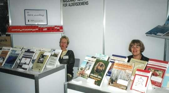 Kari Langved og Astrid Mathisen ved bokutstilling på Nordisk kongress. Foto