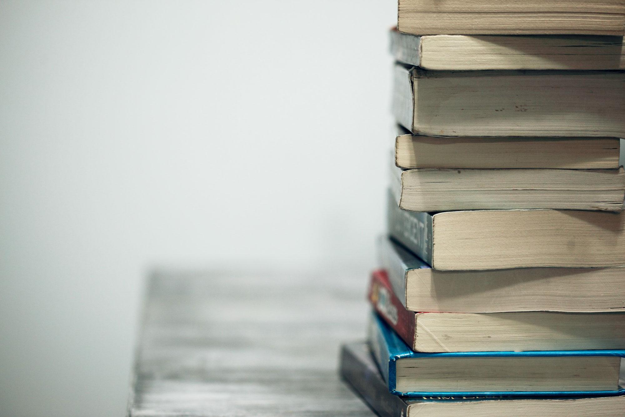 Bøker stablet oppå hverandre.Foto