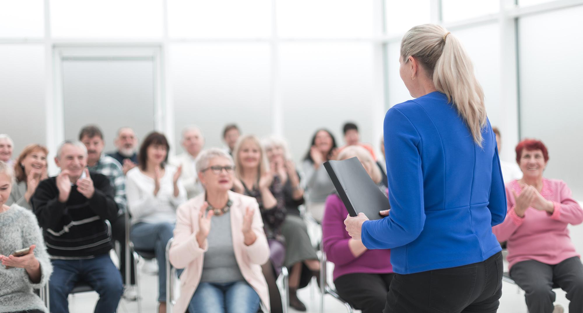Foredrag foran en gruppe mennesker
