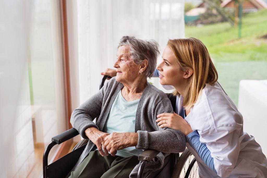 helsepersonell og dame i rullestol