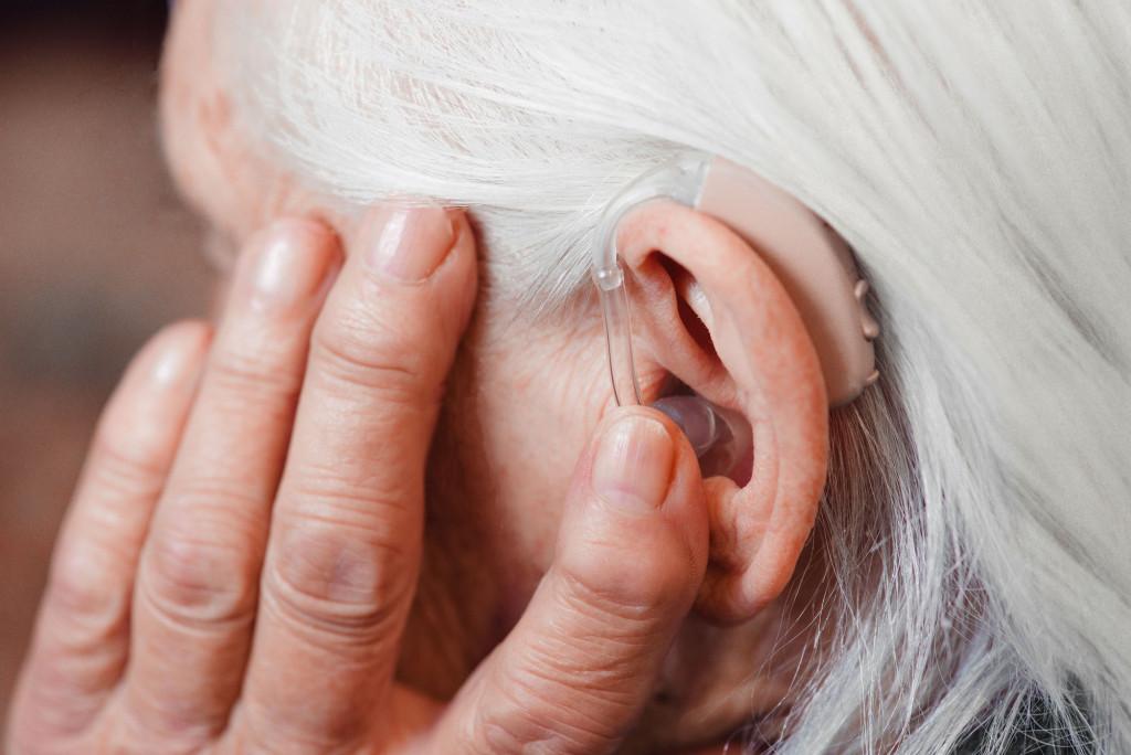 Dame med høreapparat. Foto