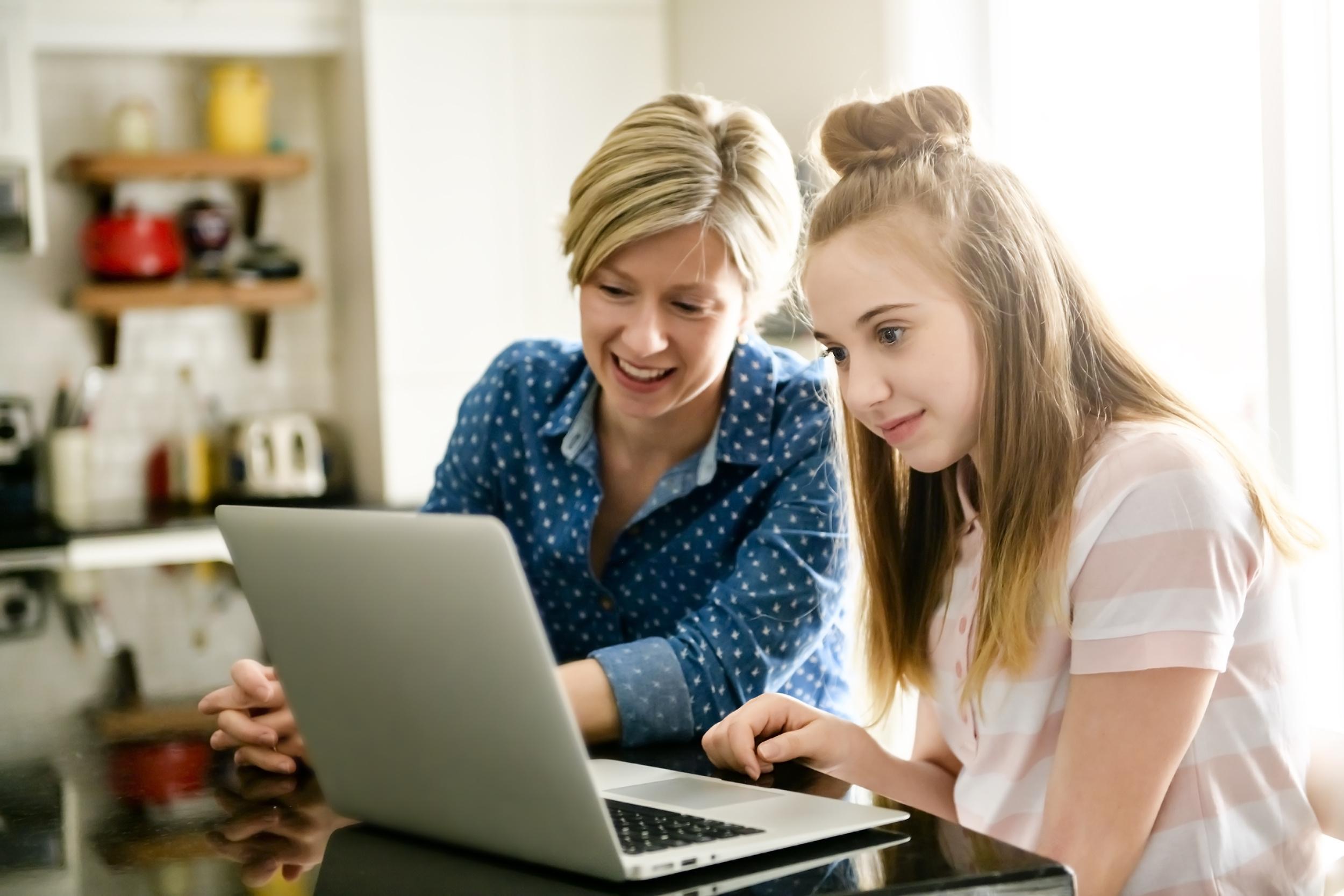 Mor prøver å hjelpe datter med lekser