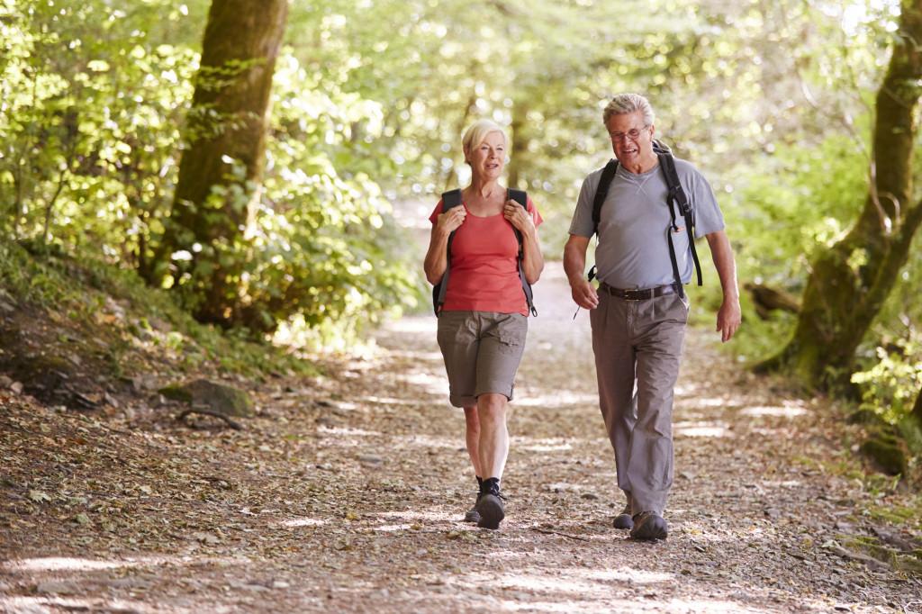 Par går tur i skogen. Foto