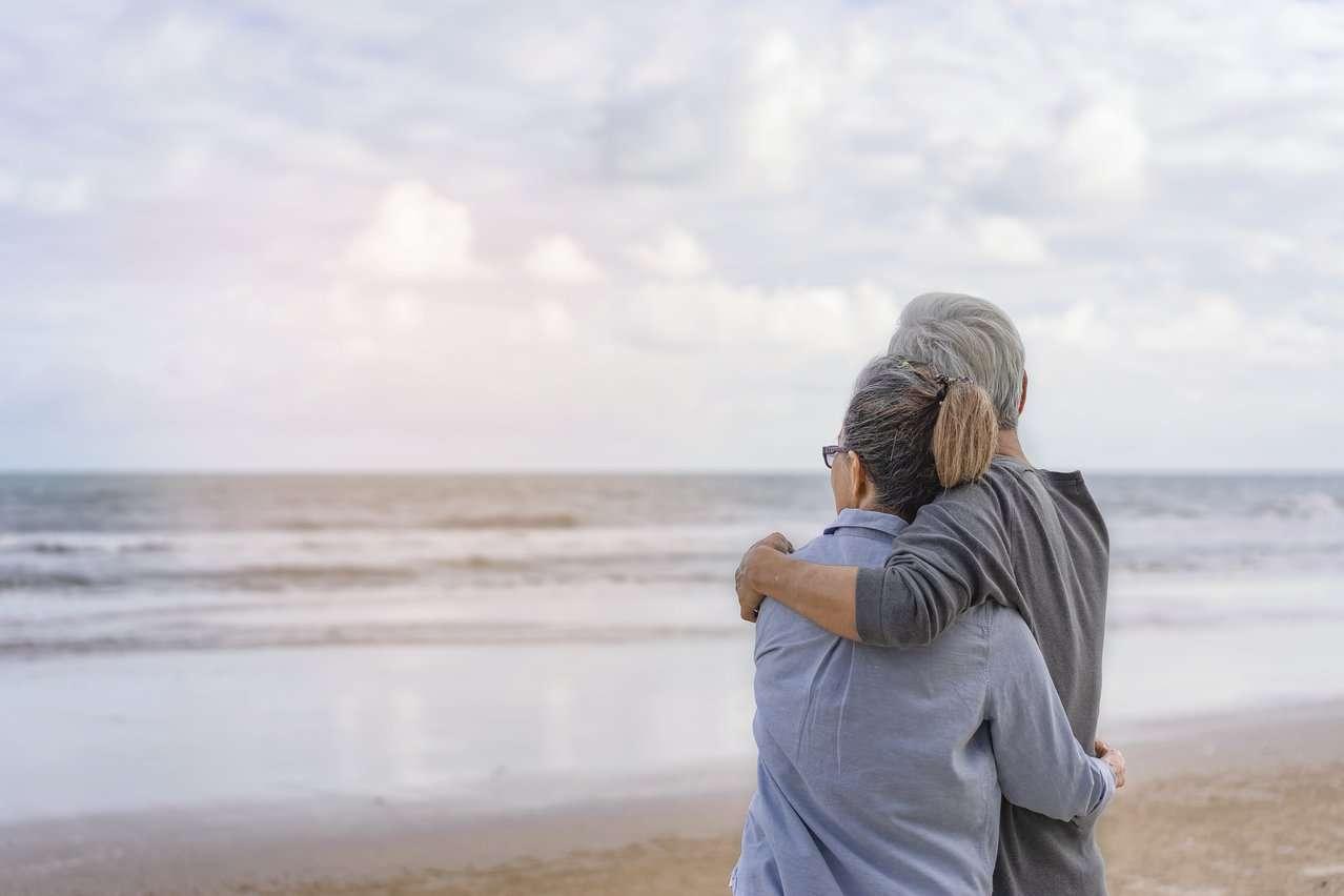 Eldre par ser utover havet. Foto