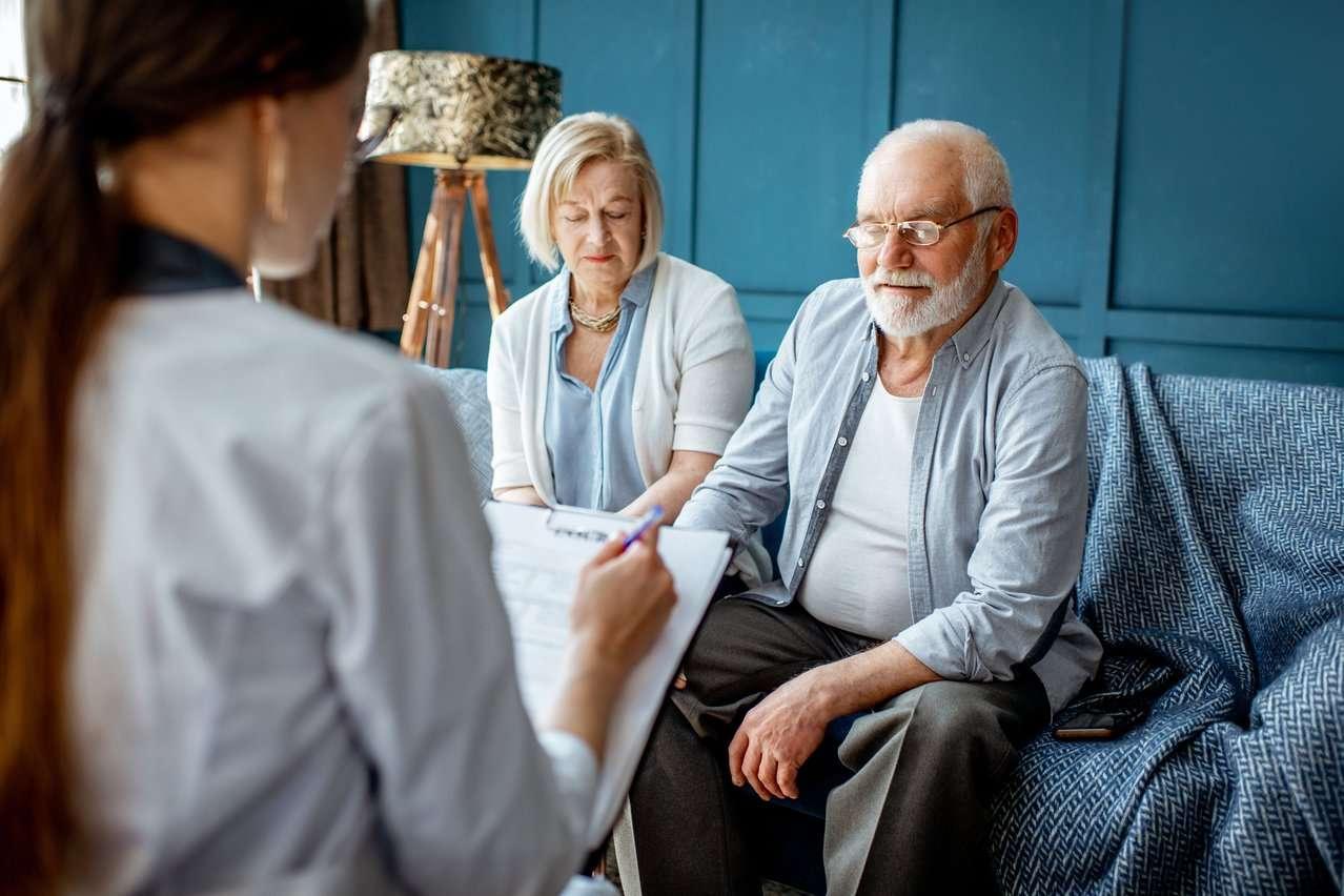 Eldre mann sammen med dame blir utredet for demens. Foto.