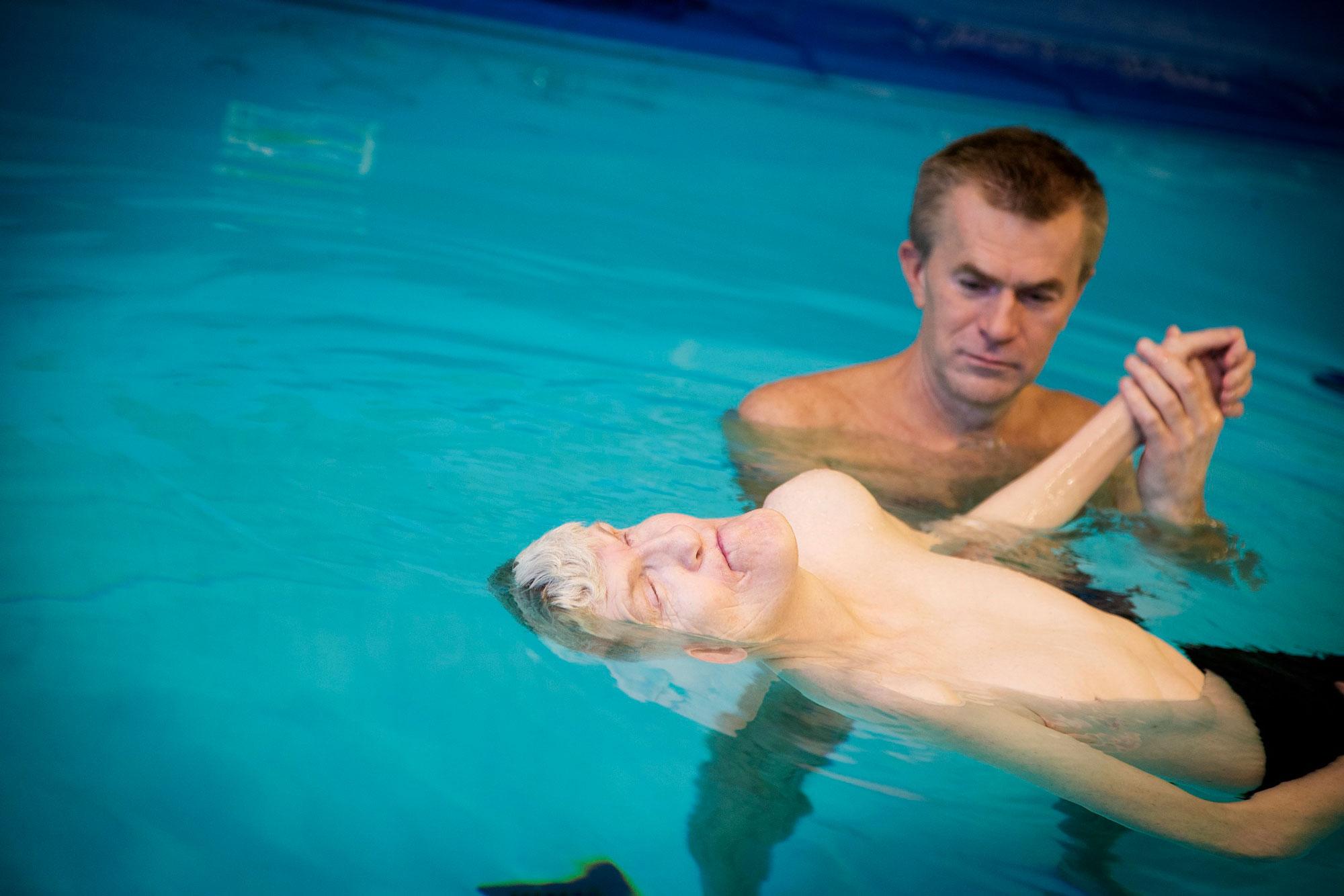To menn i basseng. Foto.