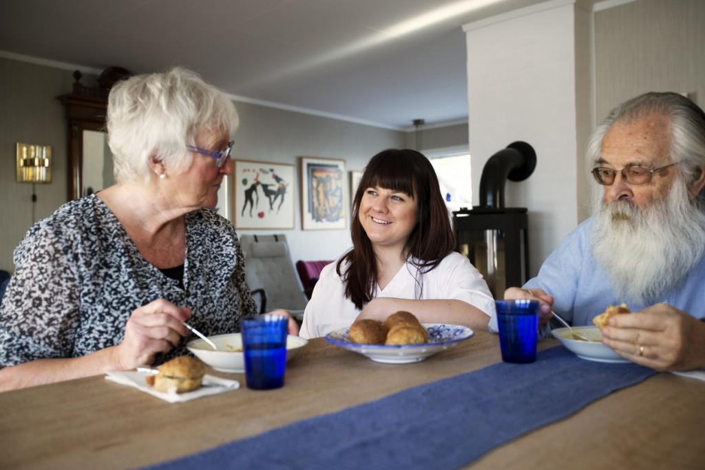 To eldre personer sammen med en helsearbeider, foto