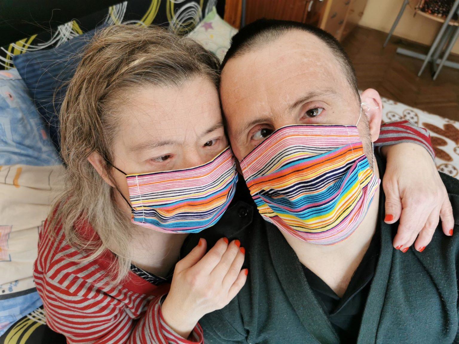 to personer med Down Syndrom som bruker munnbind, foto