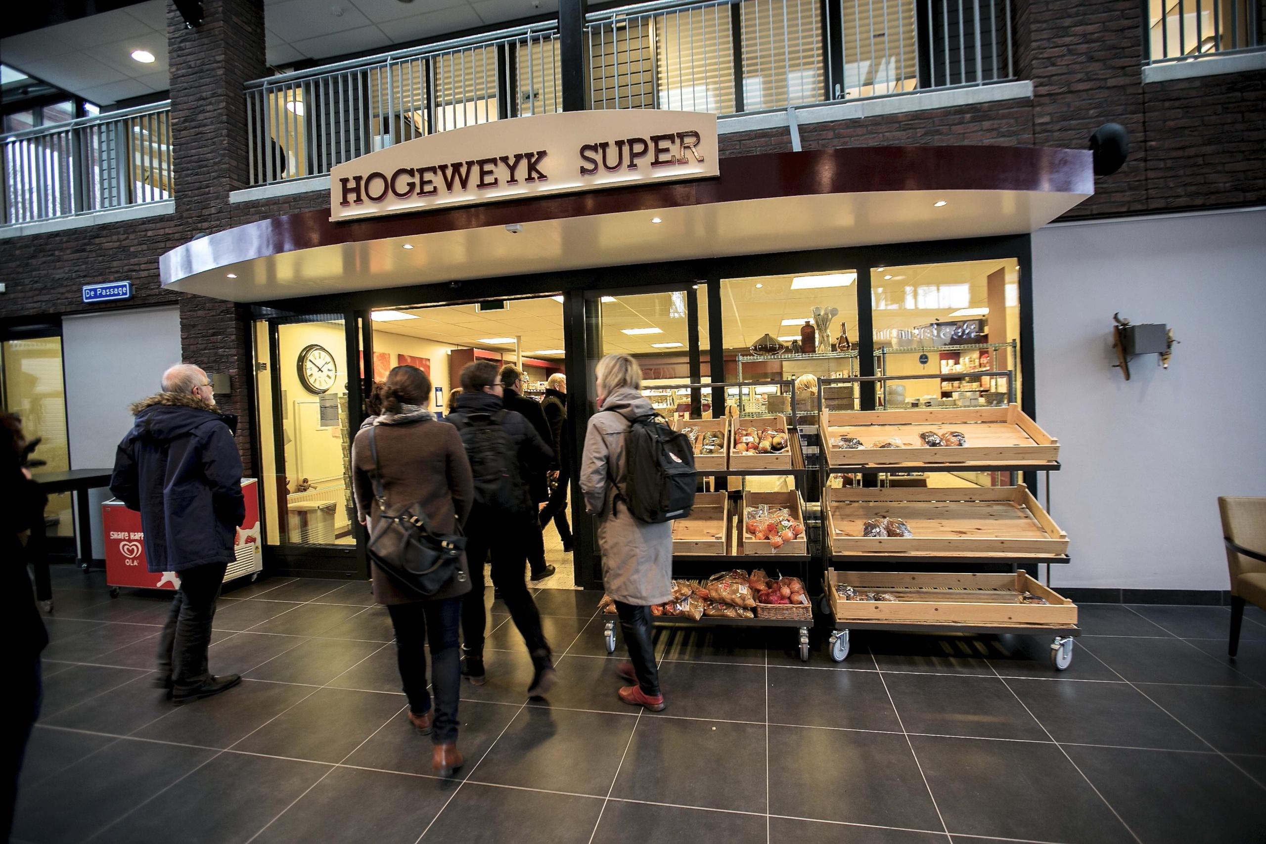 En gruppe mennesker foran butikk. Foto.