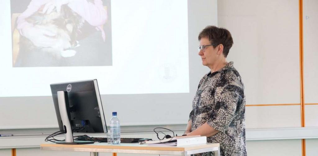 Kvinne som foreleser. Foto.