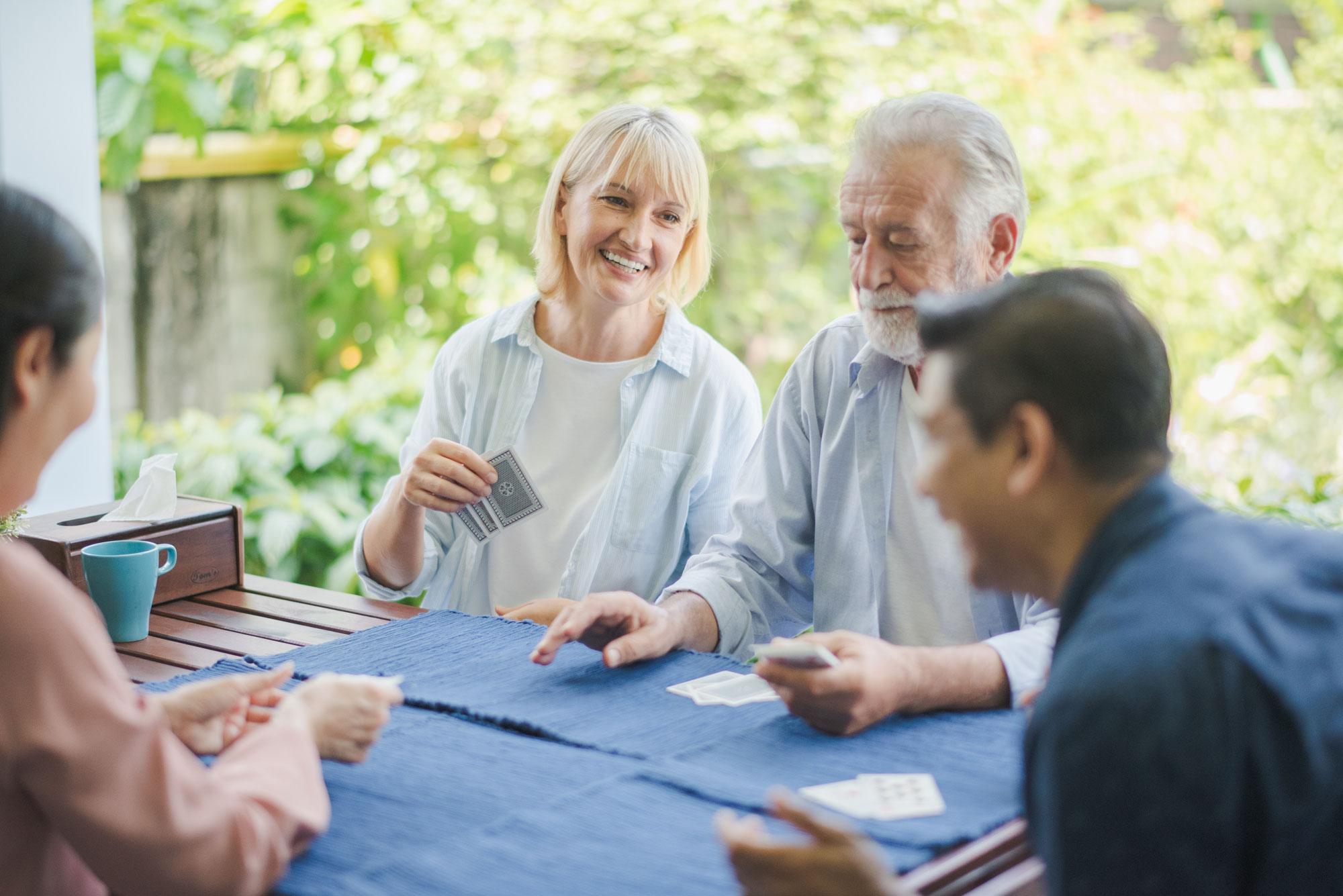 Eldre personer spiller kort. Foto