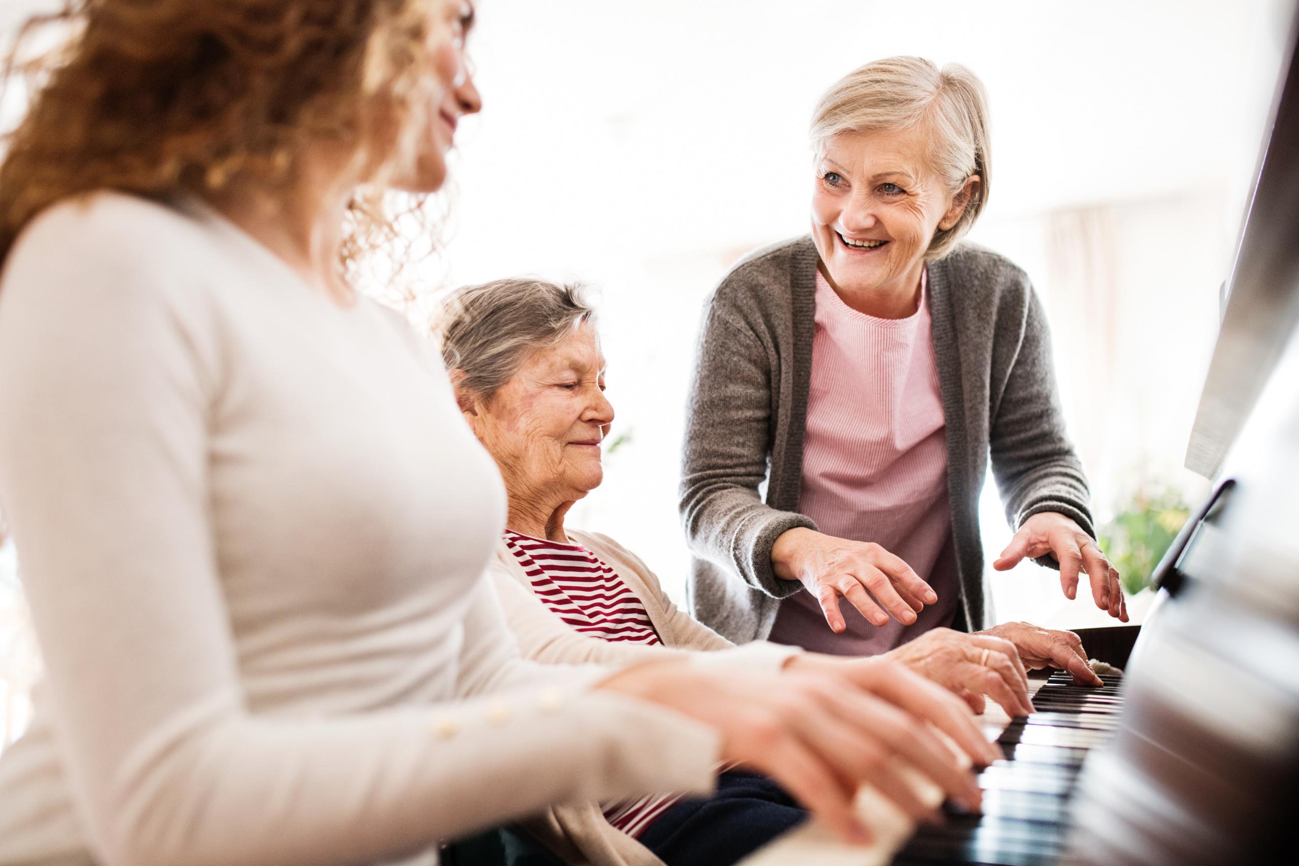Eldre spiller piano. Foto