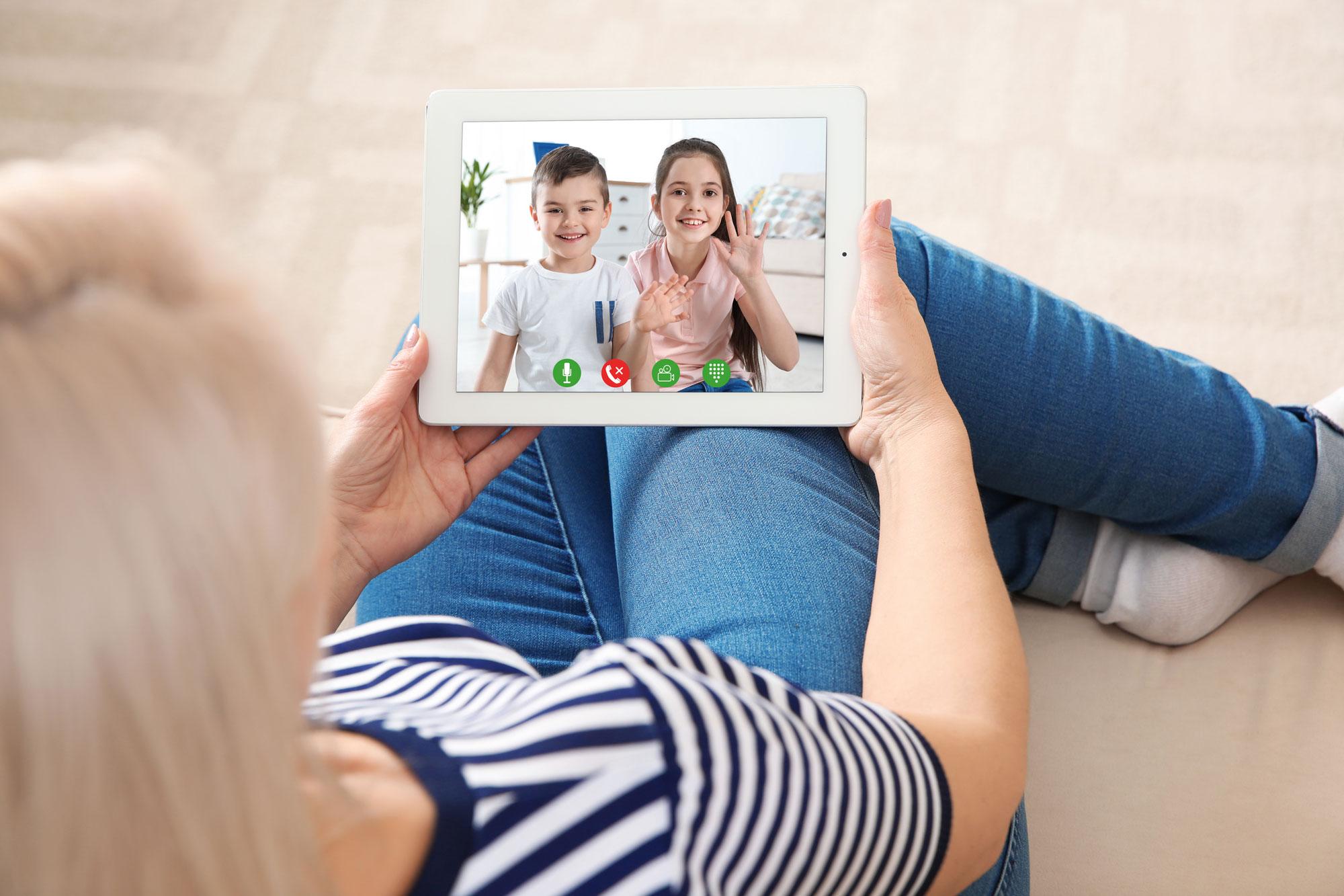 Skype med barnebarn. Foto