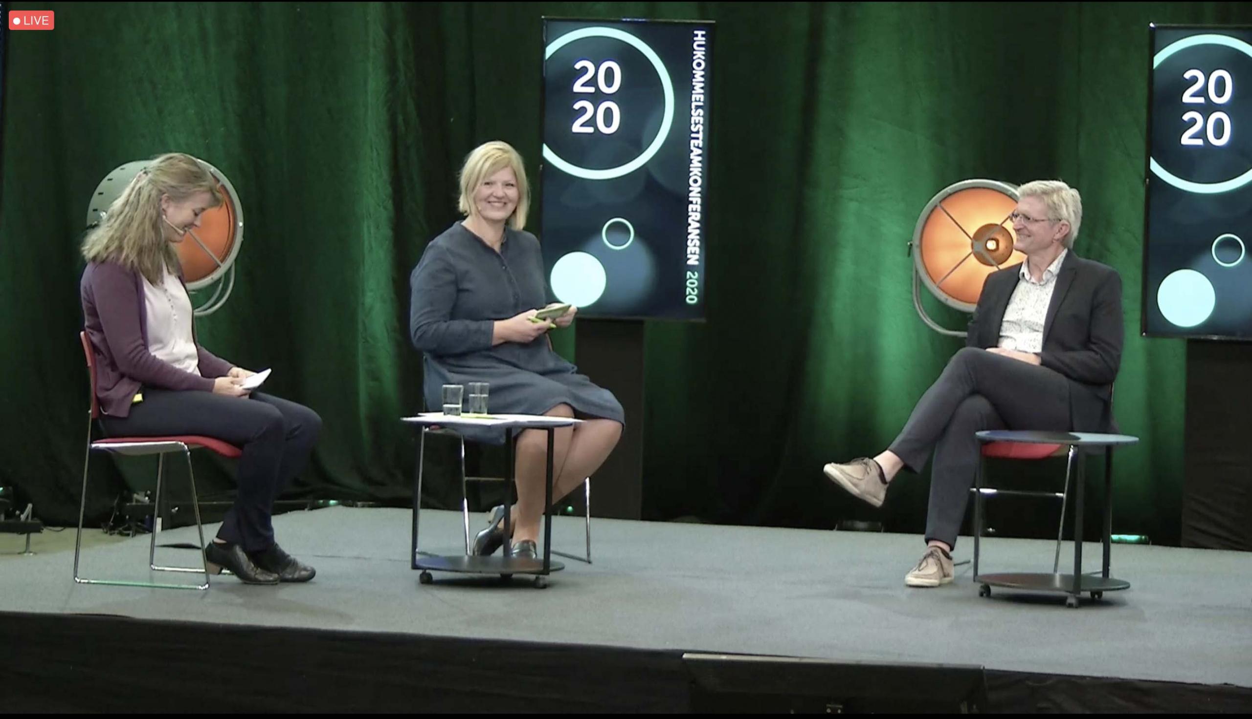 To kvinner og en mann i studio. Foto.