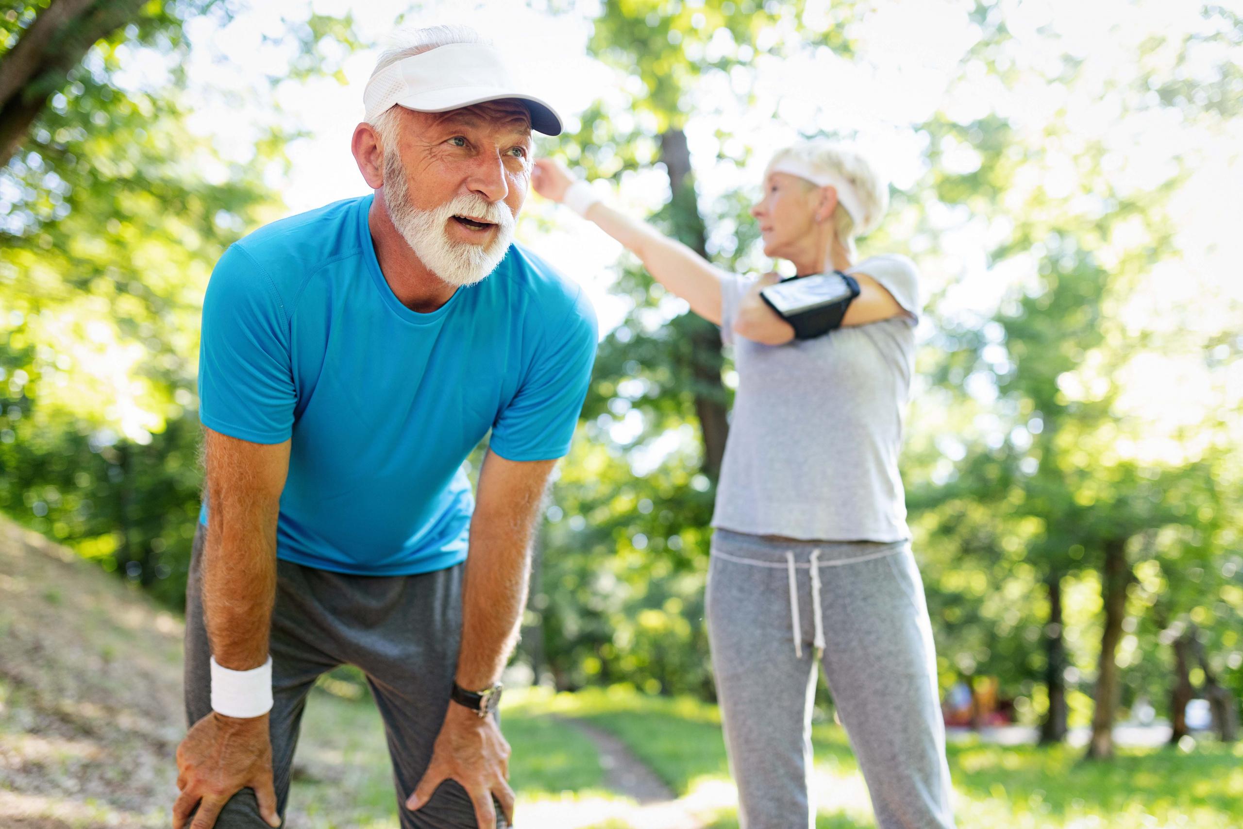 Eldre par etter løpetrening. Foto.