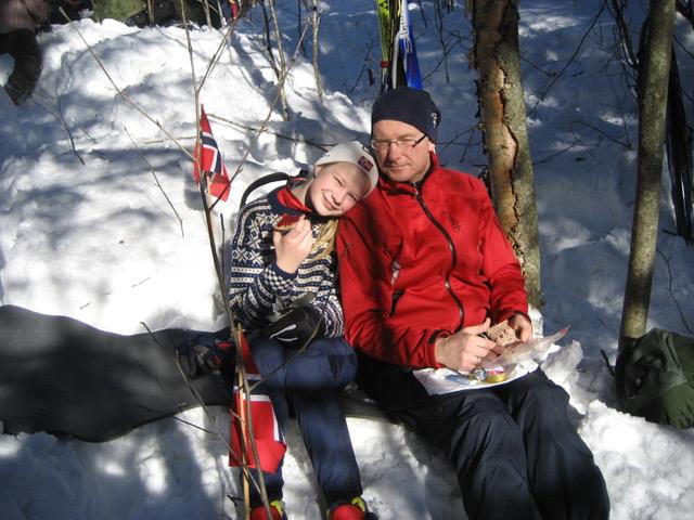 Jente med far på skitur. Foto.