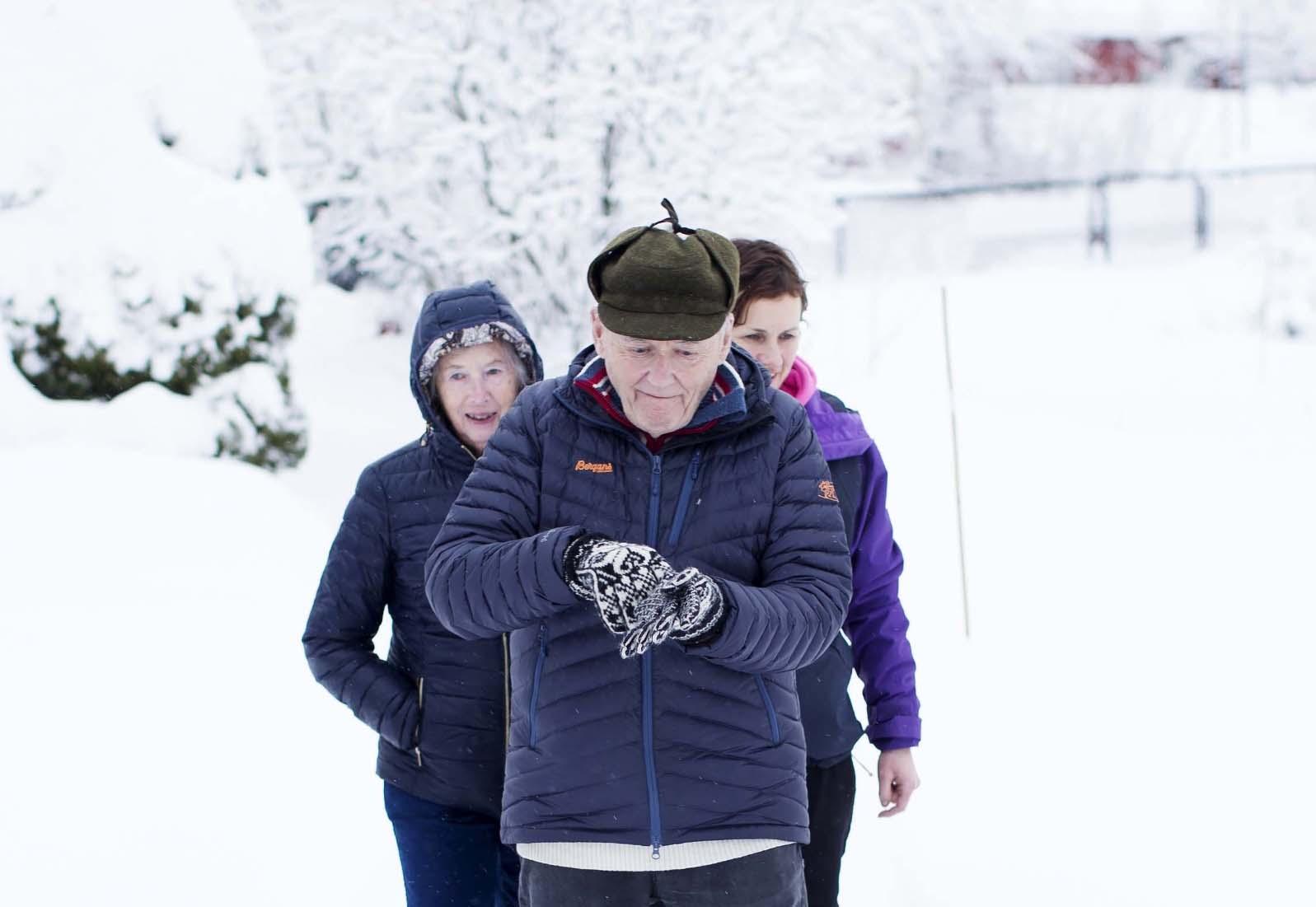 Eldre på rad i snøen. Foto.