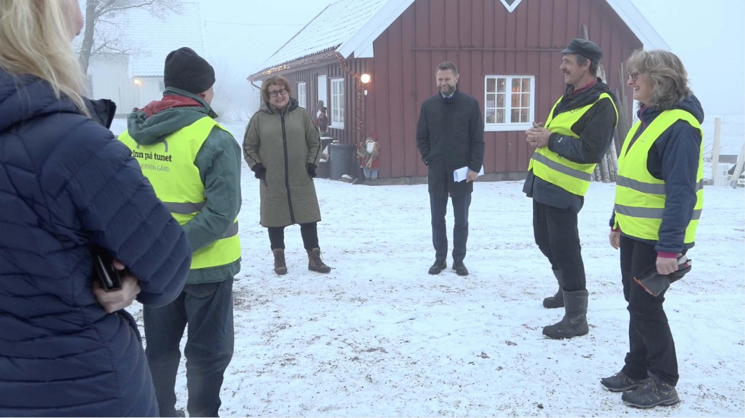 To ministre mottatt på gård. Foto fra video
