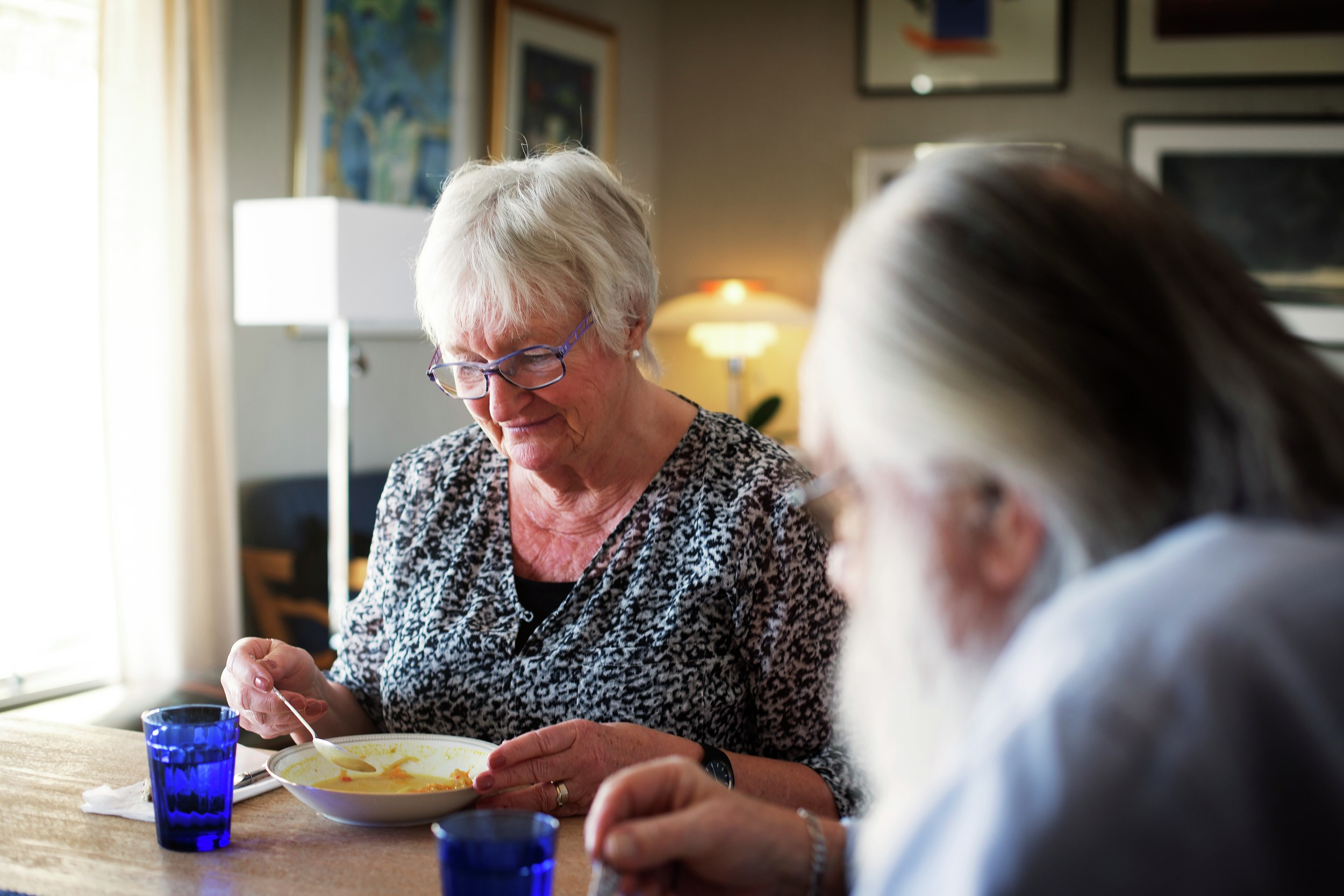Eldre kvinne og mann spiser. Illustrasjonsfoto