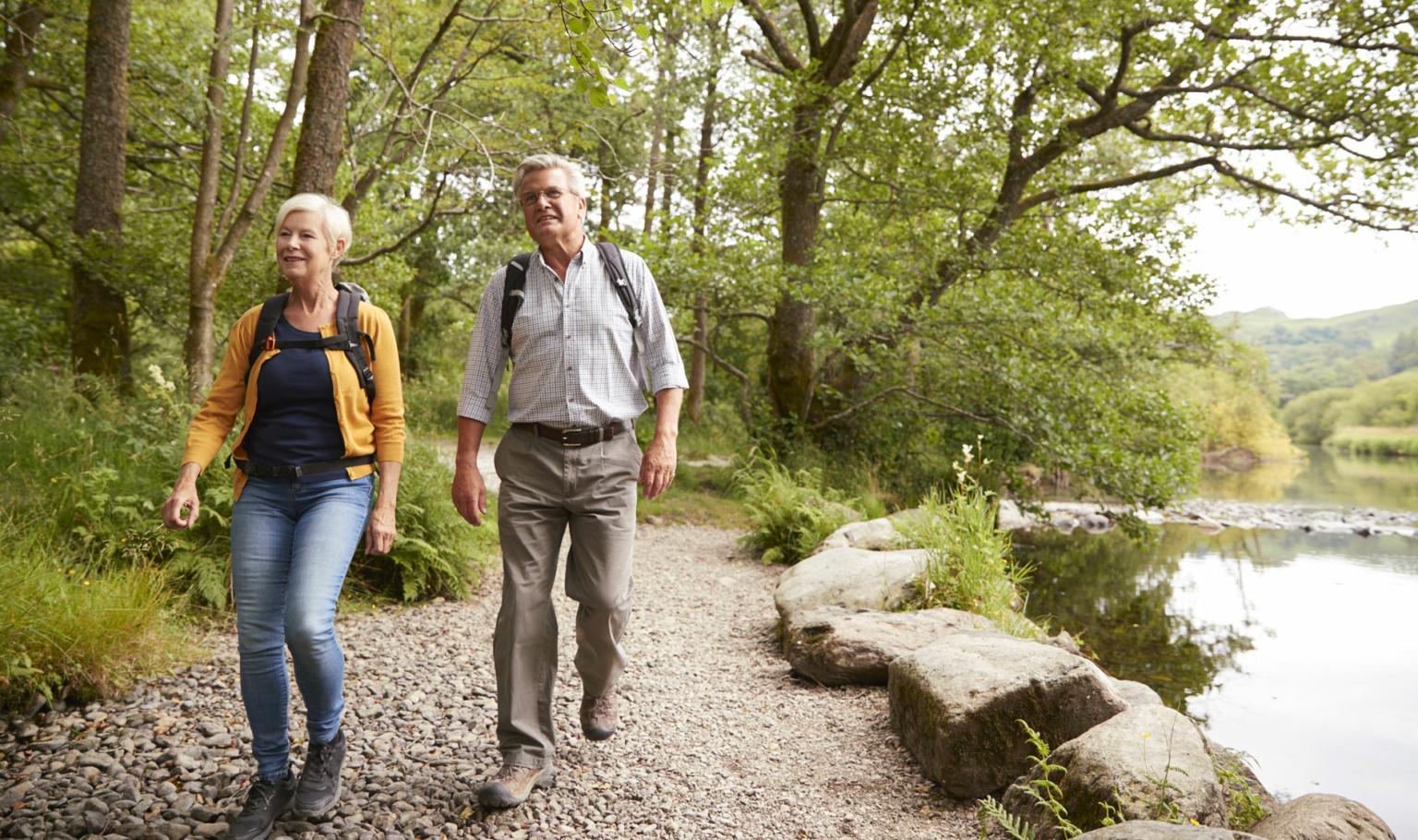 Et par går på tur i naturen. Foto.