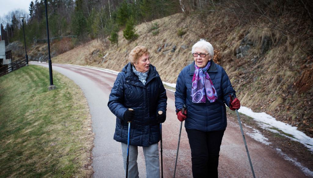 To eldra damer går tur med staver. Illustrasjonsfoto