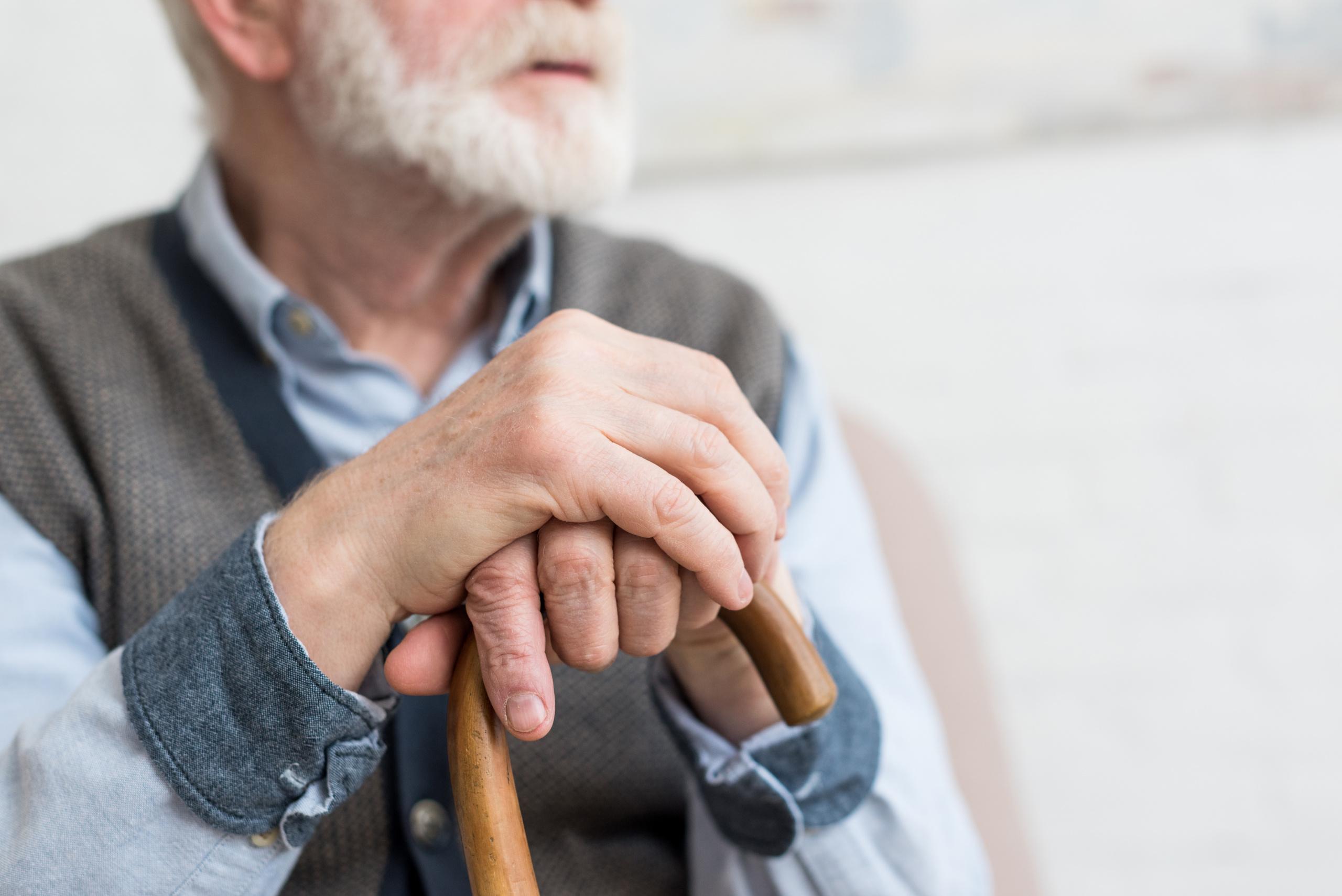 eldre, enslig mann med stokk
