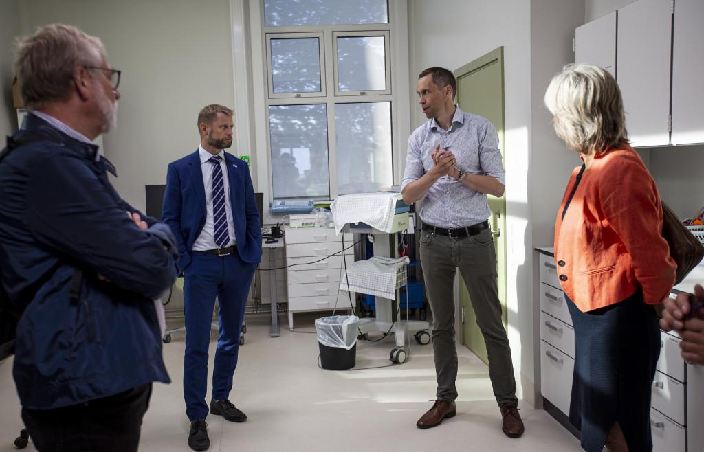 Bilde av ministeren sammen med avdelingslederen