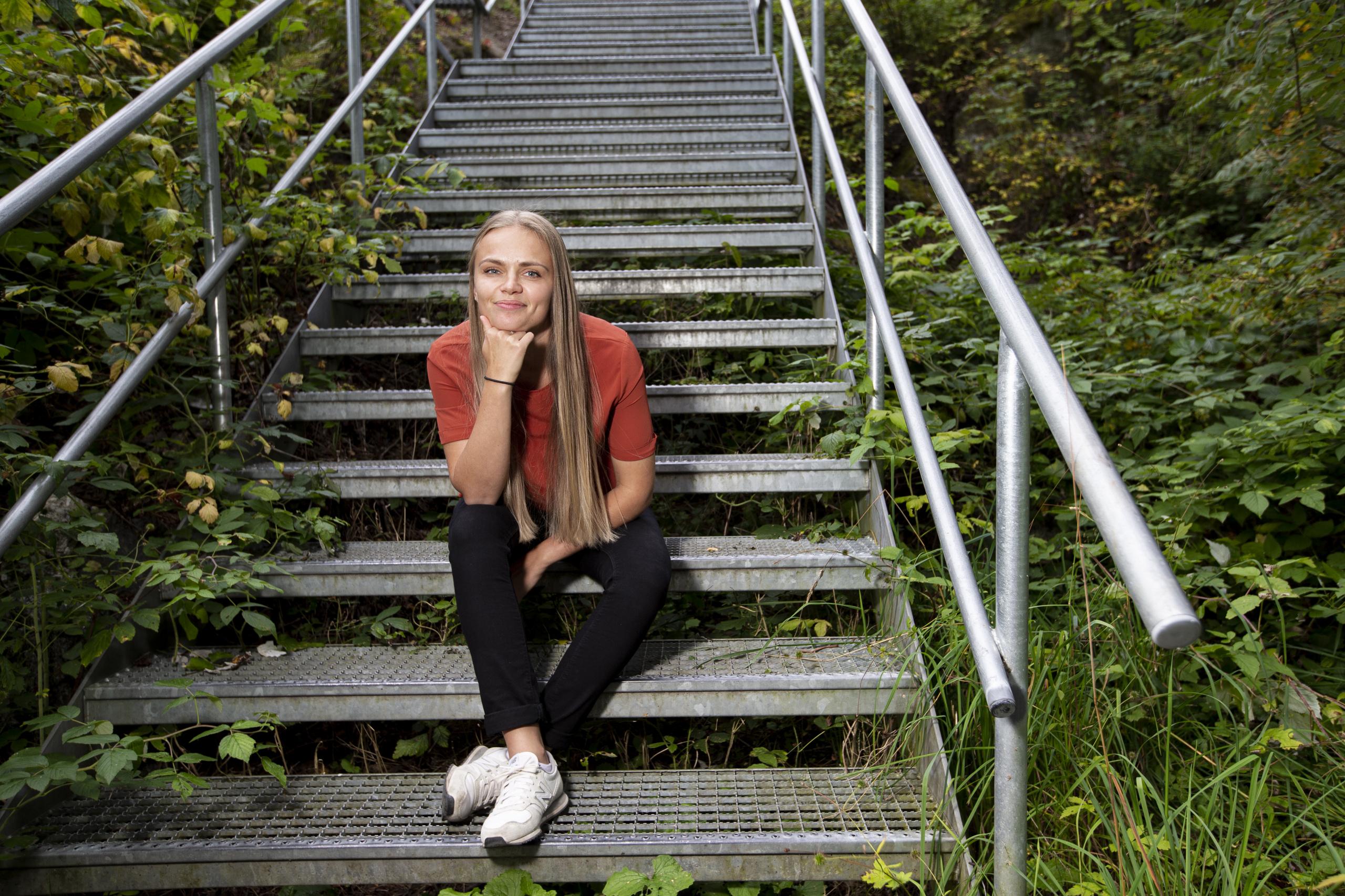 Bilde av ung kvinne i trapp