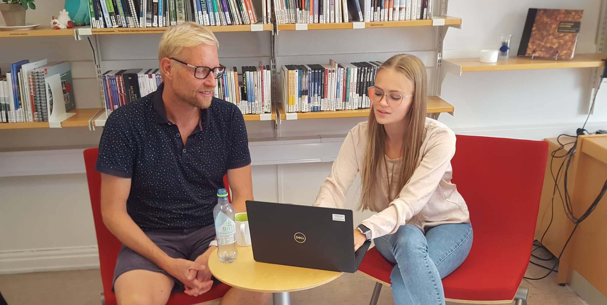 Mann og kvinne ser på PC. Foto.