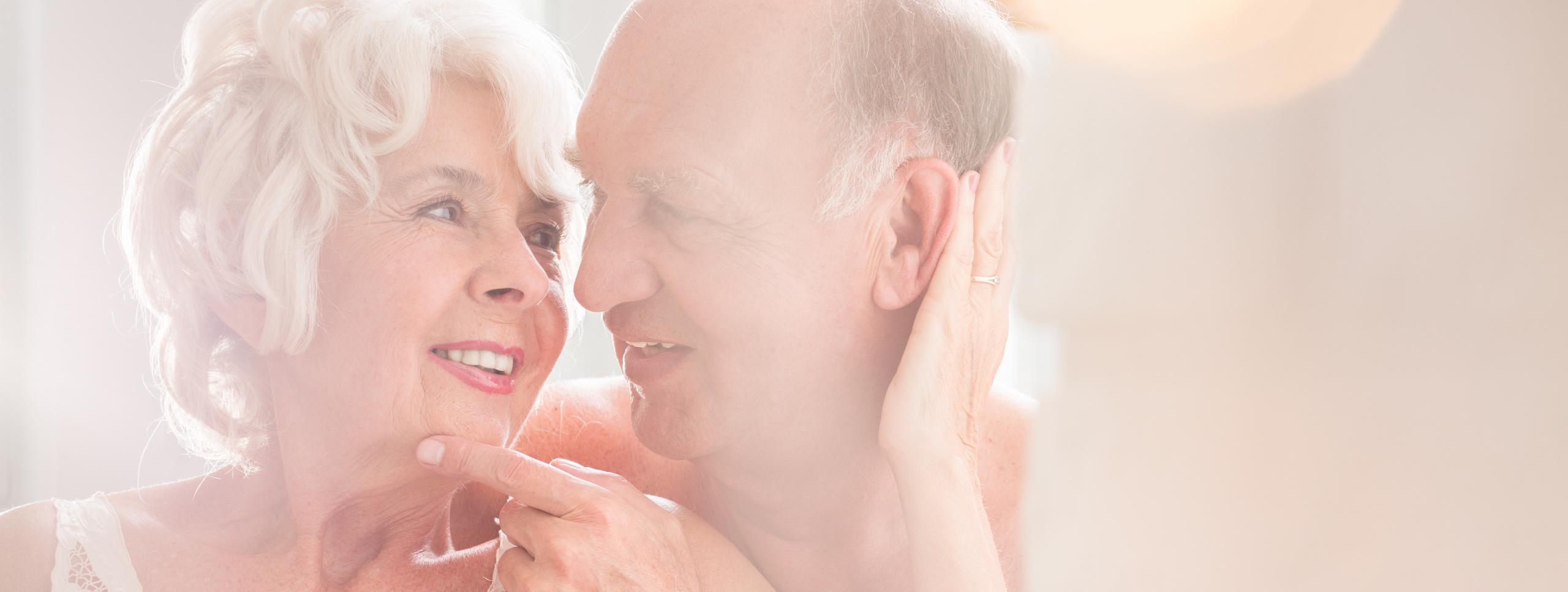 Eldre par som uttrykker kjærlighet