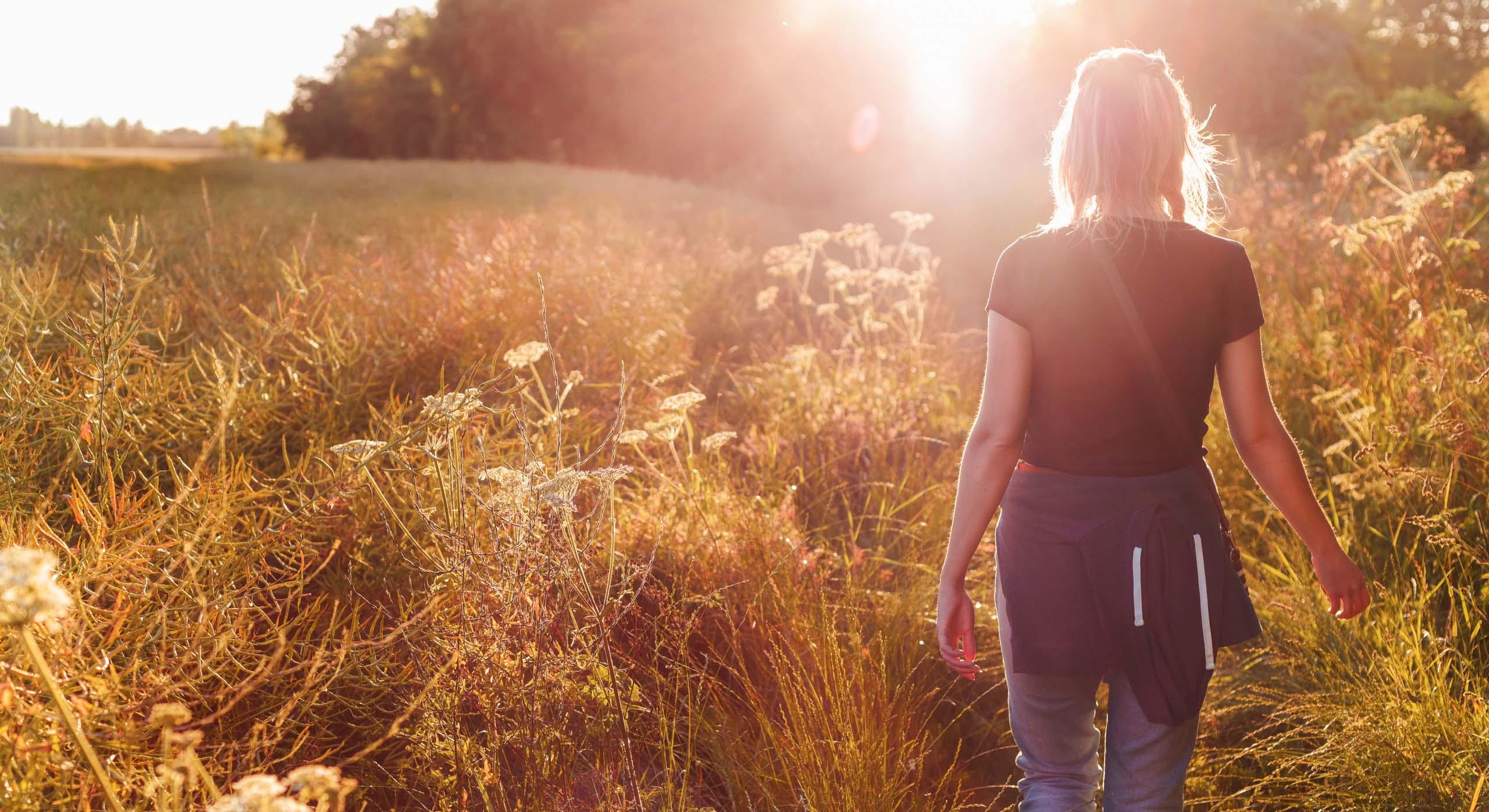 Ung kvinne går på sti