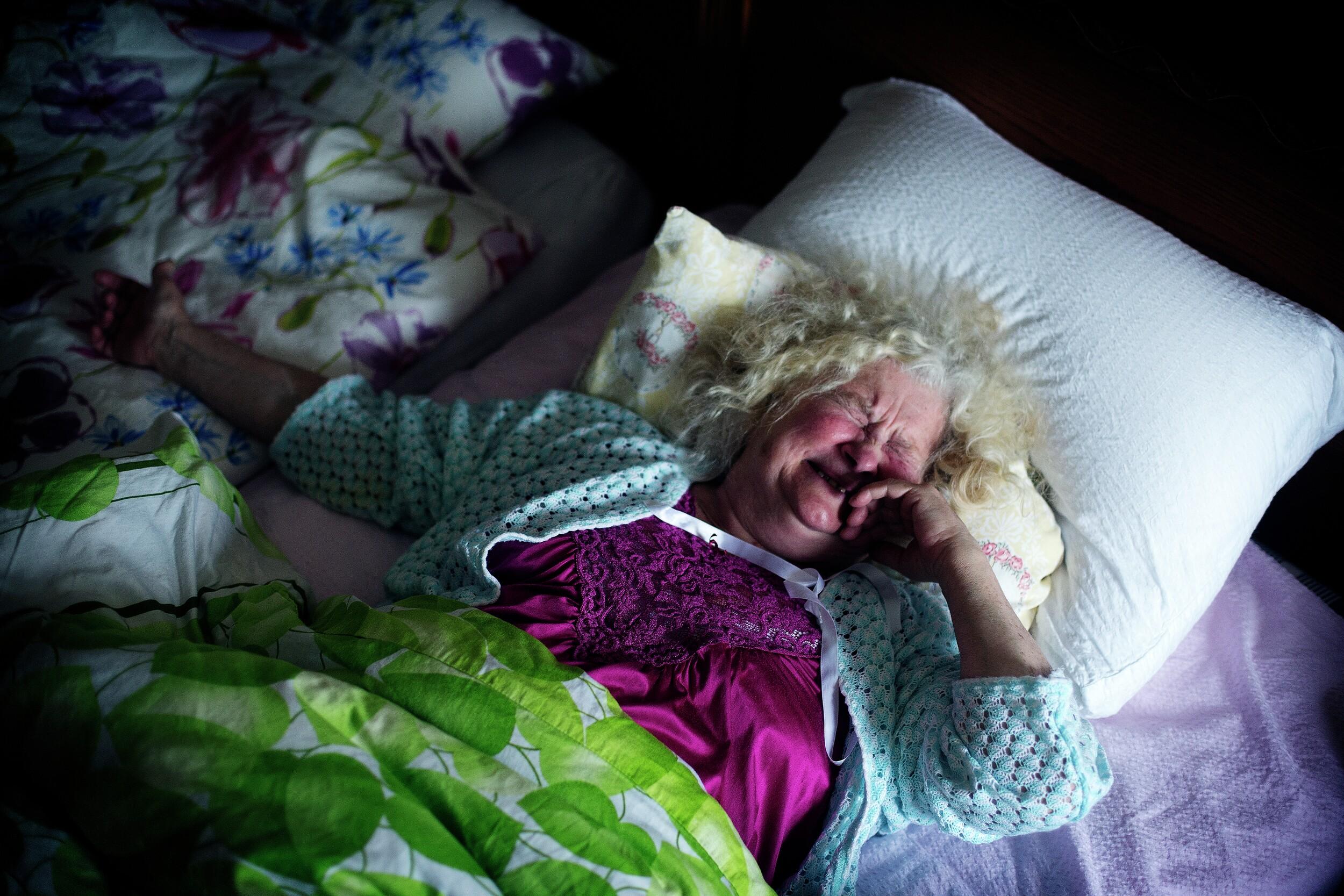 Kvinne i seng. Foto