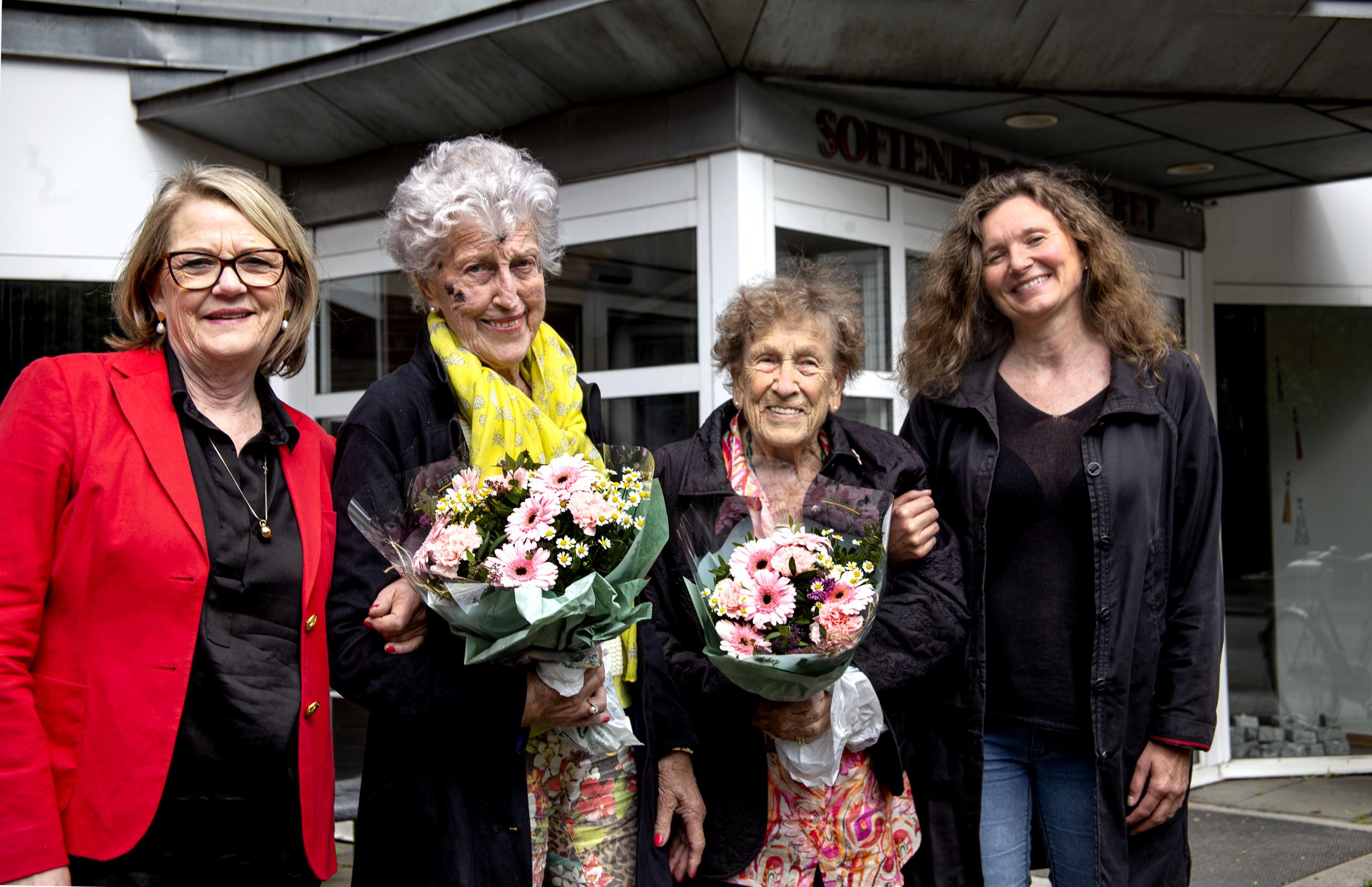 Fire kvinner samlet