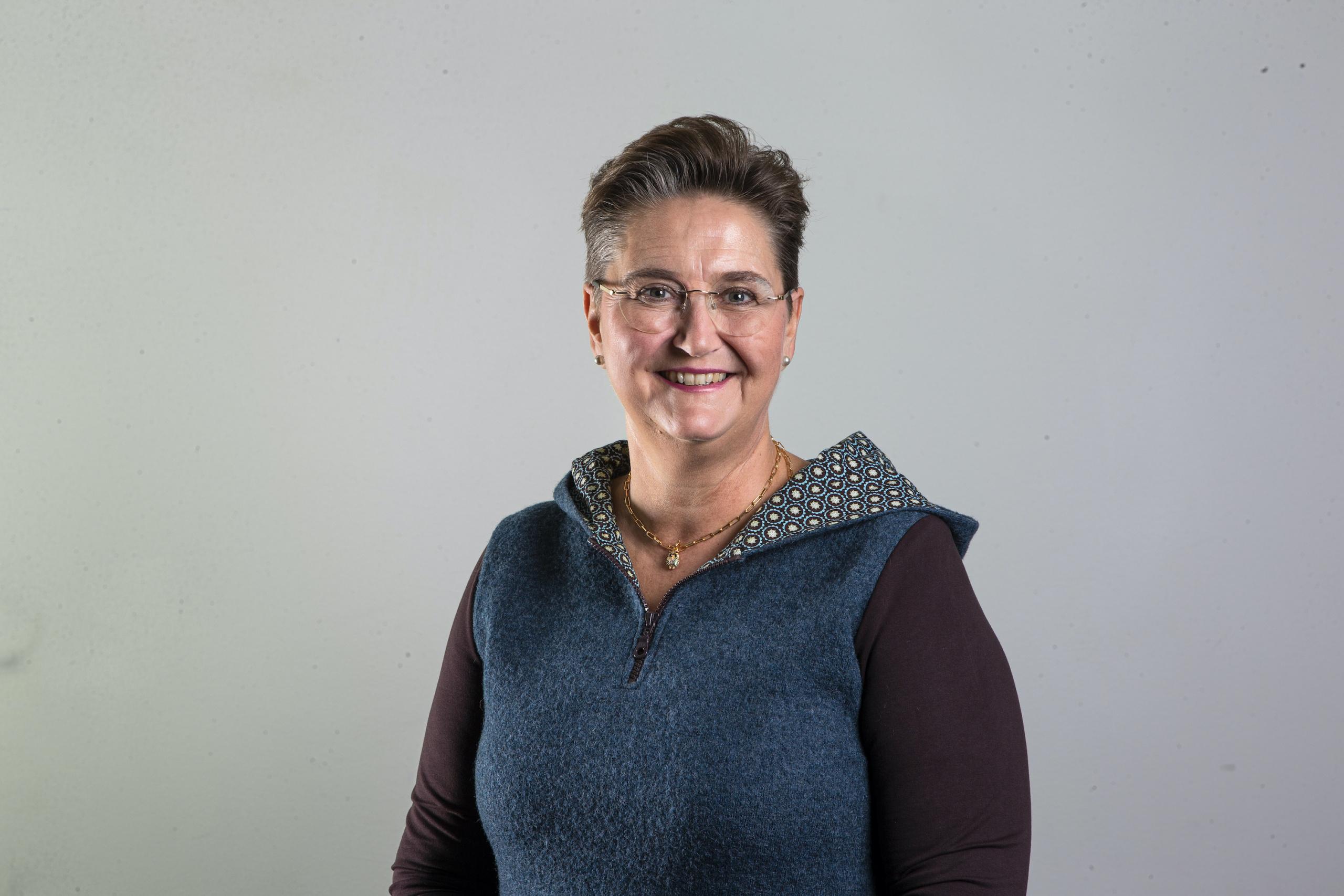 Bilde av smilende kvinnelig leder