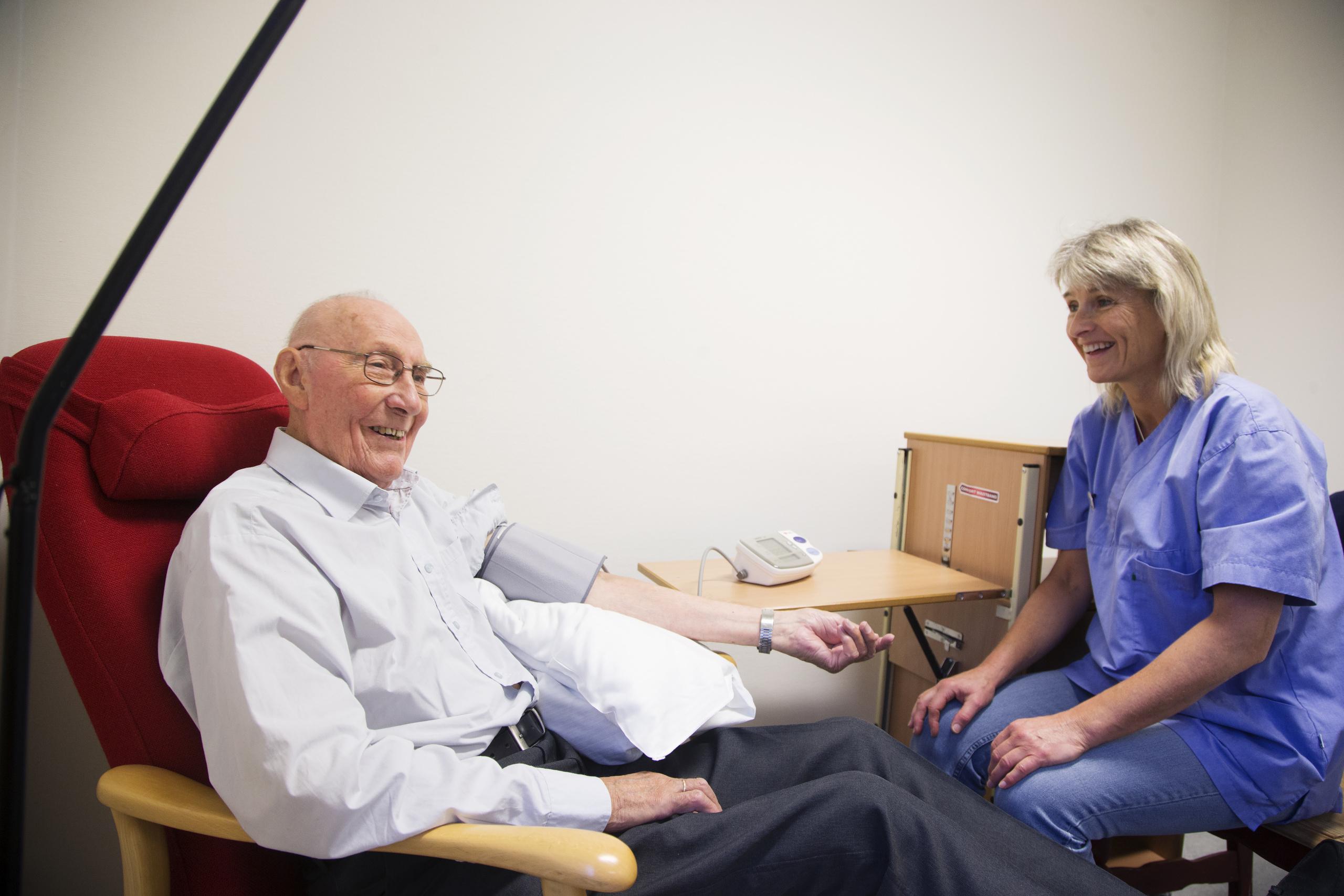 Eldre mannlig pasient og kvinnelig behandler